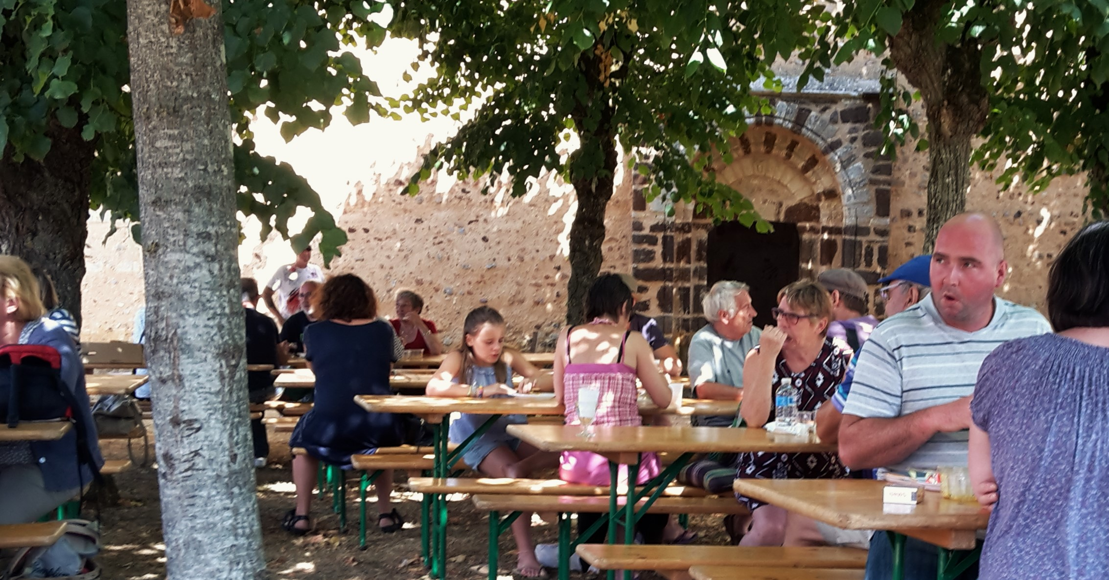 Lunch outside the 11th century church at Asnières sur Vègre.